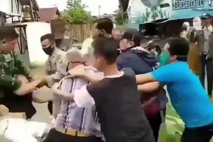 Seorang ketua RT baku hantam dengan driver ojol, gara-gara salah paham pembagian bantuan sembako