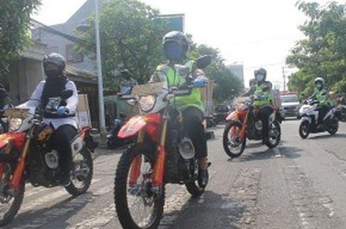 Polisi wanita Tulungagung membakokan sembako ke warga dengan menaiki motor trail