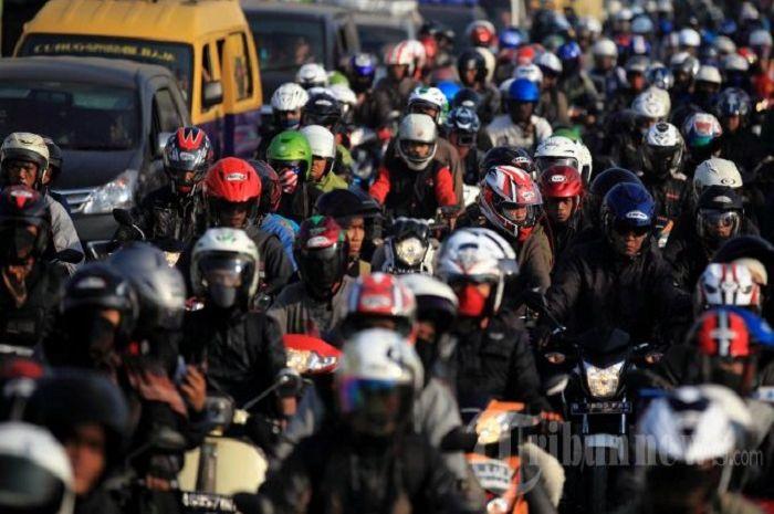 Ilustrasi mudik naik motor. Kini pemerintah resmi melarang masyarakat mudik di tengah pandemi corona.