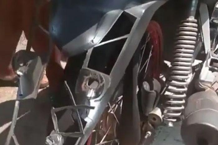 Honda Revo mengalami kerusakan akibat pakai ban cacing saat hajar lubang