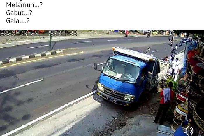Pemotor wanita tabrak pantat truck yang sedang parkir.