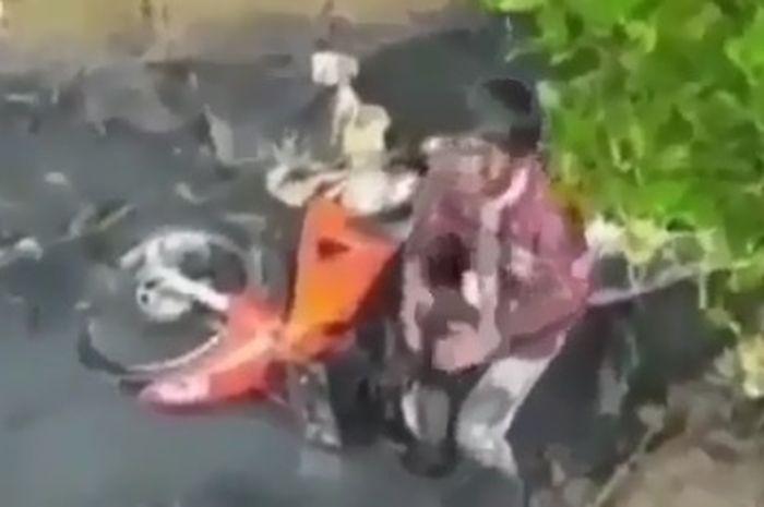 Dua bocah seketika mirip alien ketika mereka dan motornya nyebur ke Got