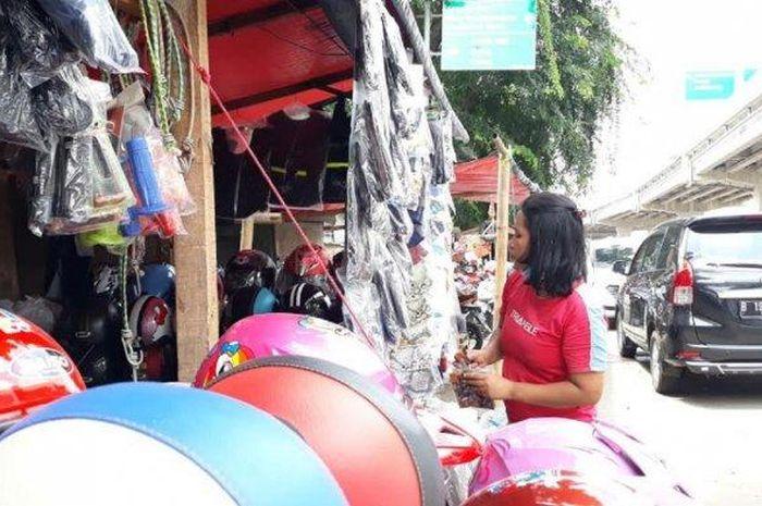Para penjual aksesoris motor di Kalimalang curhat pedihnya keadaan mereka akibat adanya pelarangan mudik selama pandemi virus corona.