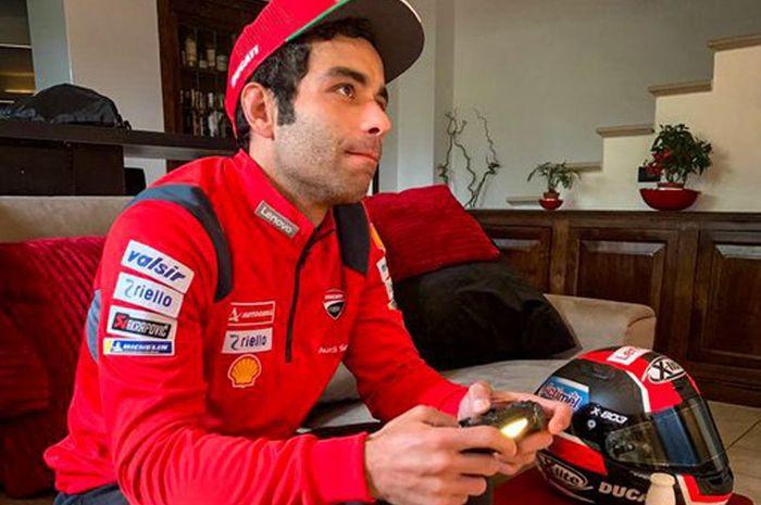 Danilo Petrucci sampai belai-belain beli consol game baru untuk ikut MotoGP Virtual Race II dan latihan dengan serius hadapi MotoGP Virtual Race III