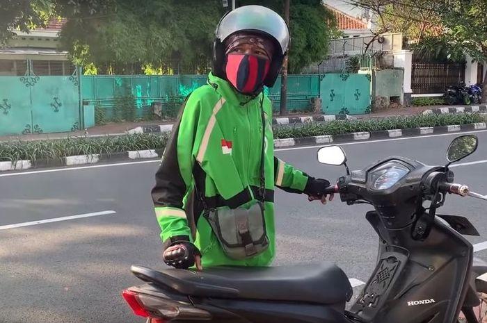 Driver ojol yang mendorong motor di jalan dengan modus kehabisan bensin alih-alih berharap mendapatkan bantuan, viral di akun YouTube Elang Motovlog dan artis Baim Wong.