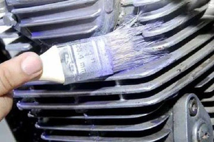 Ilustrasi bersihkan blok mesin motor