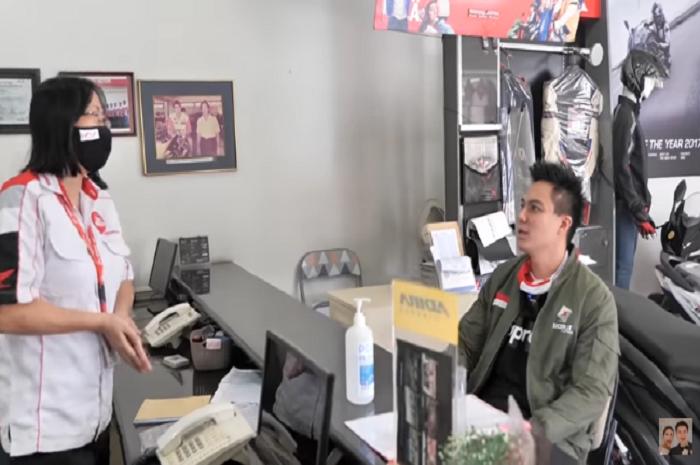Baim Wong saat memesan Honda BeAT di dealer resmi.
