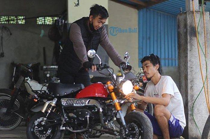 Modifikasi motor bebek bisa berubah menjadi motor gorilla dengan biaya sekitar Rp 7 sampai 30 jutaan di Bali