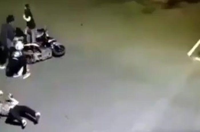 Pengendara motor langsung kejang-kejang akibat tertabrak mobil saat trabas lampu merah