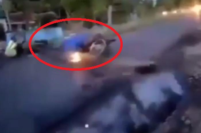 Video detik-detik pemotor ambyar tabrak portal jalan di Probolinggo