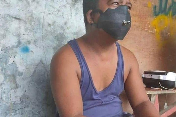 Seorang warga menyulap karet ban dalam bekas menjadi sebuah masker