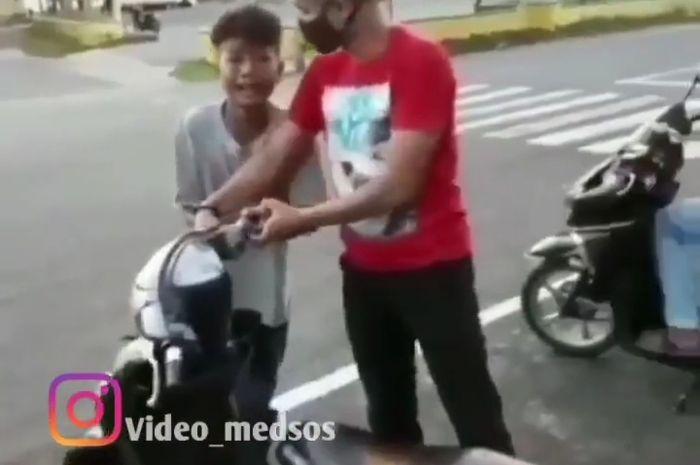 Seorang bocah menangis histeris saat motornya hendak disita polisi