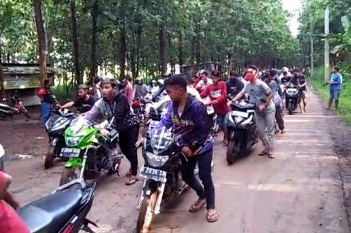 Ratusan pemuda dipaksa menuntun sepeda motor ke Kantor Polsek Mijen seusai terjaring razia balap liar di Jalan Secekel Kelurahan Jatibarang, Kecamatan Mijen, Kota Semarang, Minggu (10/5/2020).