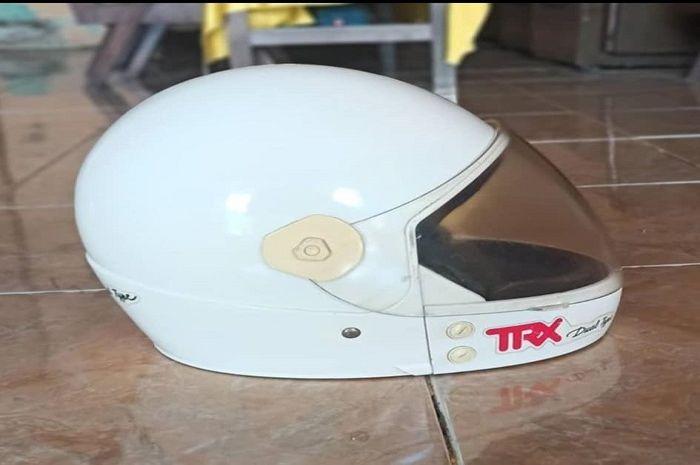 Murah banget! Helm TRX kondisi asli dan super mulus cuma dijual Rp 100 ribuan.