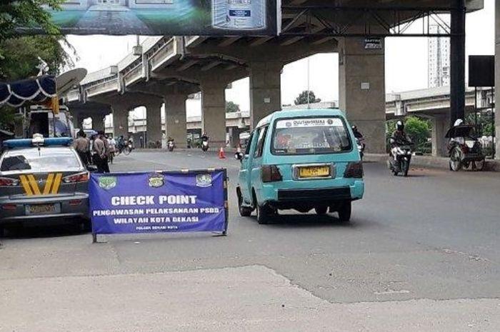 Salah satu check point di Bekasi dijaga polisi pemudik yang mau mudik pulang kampung perhatikan dendanya
