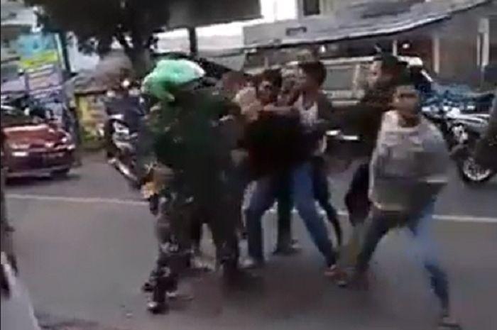 Anggota TNI AL dikeroyok beberapa pemuda mabuk di tengah jalan.
