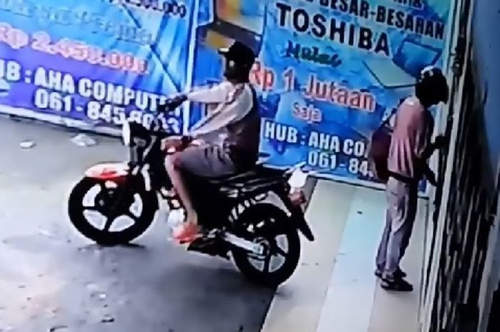 2 orang maling laptop langsung kabur pakai motor dan terekam cctv