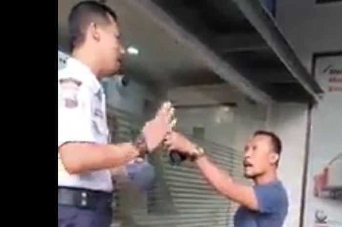 Aksi Arogan pria pengendara motor saat diminta memakai masker