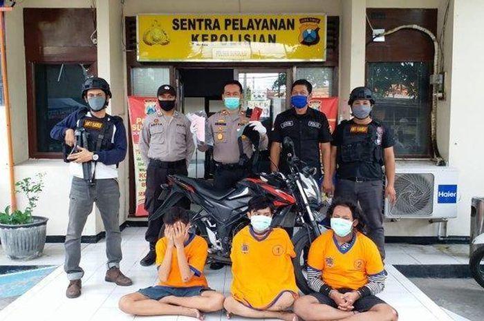 Tim Anti Bandit Polsek Sukolilo Surabaya membekuk tiga pelaku jambret yang beraksi di kawasan Jalan Raya Kertajaya Indah Timur, Sabtu (16/5/2020).