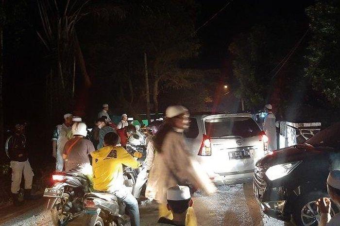 Suasana sekitar Ponpes Tajul Alawiyyin Kemang, Kabupaten Bogor, Sabtu (16/5/2020) malam.