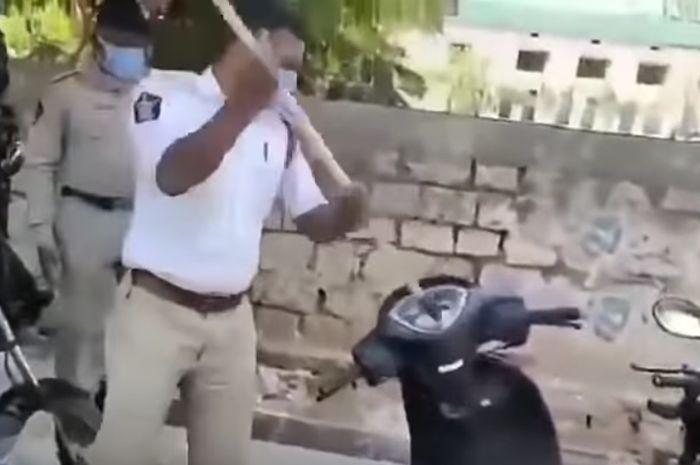 Motor Dino dirusak petugas karena melanggar lockdwon