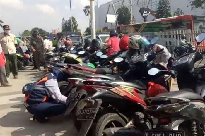 Sepeda motor yang bergerombol sembarangan juga dikenakan sanksi oleh Satpol PP Kecamatan Jatinegara.