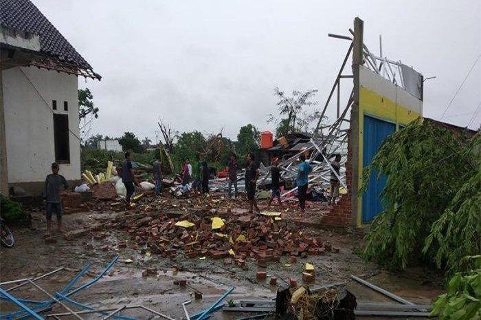 Angin puting beliung sapu bersih rumah warga dan motor di Kabupaten Tulang Bawang, Lampung.