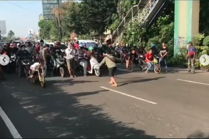 Alam Sutra Macet Parah, Jalanan Ditutup Sekelompok Remaja Bikin Balap Liar saat warga hendak beraktivitas keluar rumah