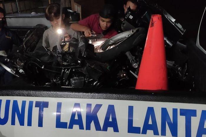 Motor Honda Scoopy tidak berbentuk pasca mengalami tabrakan di Km 22 Wates-Jogjakarta, Kalurahan Sukoreno, Kapanewon Sentolo, Kulon Progo, Daerah Istimewa Yogyakarta. Pengendara motor tewas