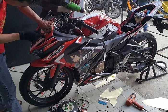 Honda CBR150R sedang melakukan pemasangan decal pada body motor