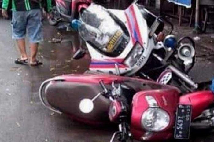 Motor voorijder Satlantas Polres Mojokerto tabrakan dengan motor Honda Scoopy nopol S 5497 P di Jalan Raya Jayanegara, Kecamatan Puri, Kabupaten Mojokerto, Kamis (21/5/2020).