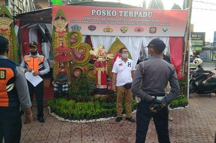 Petugas melaksanakan apel pelaksanaan PKM di Jalan HOS Cokroaminoto, Umanyar - Ubung Denpasar, Bali, pada Jumat (15/5/2020)