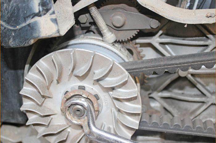 Ilustrasi membongkar dan pasang CVT motor matic.