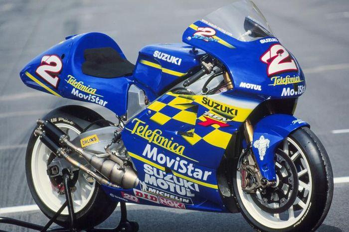 Motor Suzuki RGV500 dengan livery Movistar, dipakai Kenny Roberts Jr saat  juara dunia GP 500 cc tahun 2000.