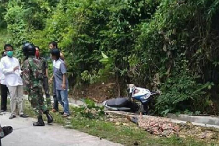 Akibat enggak bisa mengendalikan motor di turunan tajam, satu keluarga jatuh dari motor.
