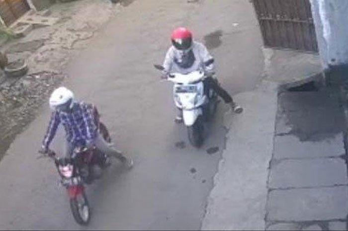Tangkapan layar dua bandit membawa kabur motor milik penghuni kosan di Jalan Sidotopo Wetan, Kenjeran, Surabaya, Minggu (24/5/2020).