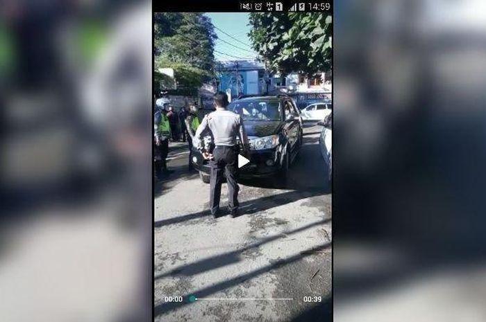 Seorang oknum polisi marah-marah saat diberhentikan petugas di cek point PSBB