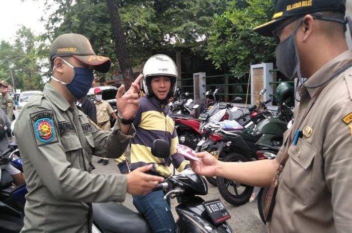 Ilustrasi pemeriksaan SIKM. Rencanya akan Premprov DKI Jakarta akan menerapkan Pembatasan Sosial Berskala Lokal (PSBL) di 62 RW zona merah