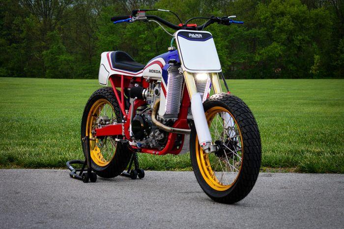Modifikasi Honda XR650R dirombal total jadi street tracker.