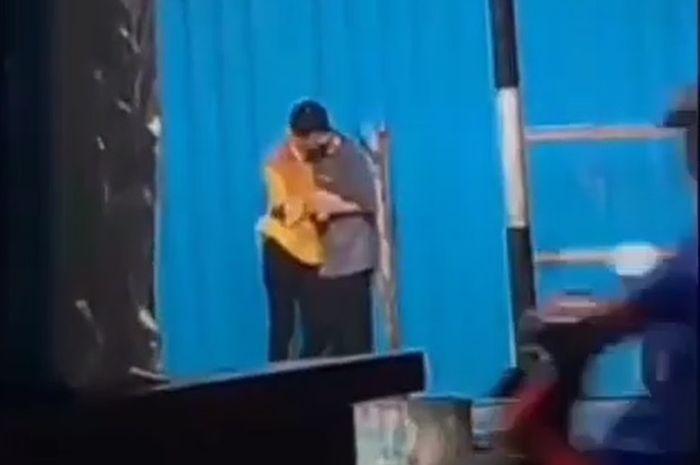 Geger video pasangan ABG wik wik ciuman ketika hujan melanda