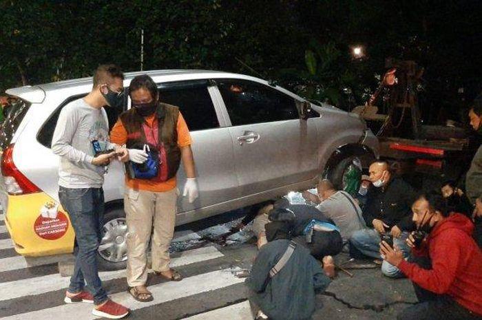 Proses olah TKP kecelakaan yang menewaskan pengendara dan penumpang sepeda motor di Pulogadung, Jakarta Timur, Sabtu (30/5/2020).