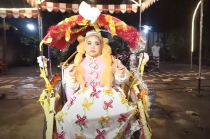 Kekeyi dalam video clip Keke Bukan Boneka