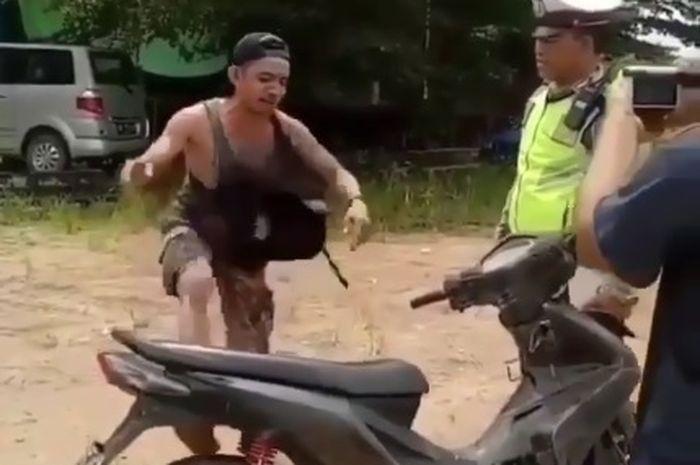 Seorang pria mabuk menyalahkan motornya saat ditilang polisi