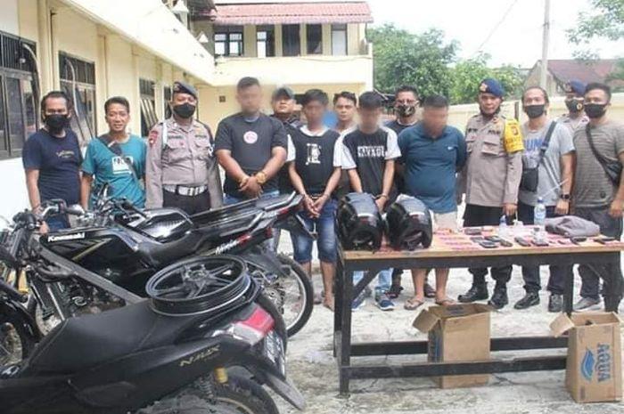 Tiga orang pemuda ditangkap karena kedapatan mencuri motor