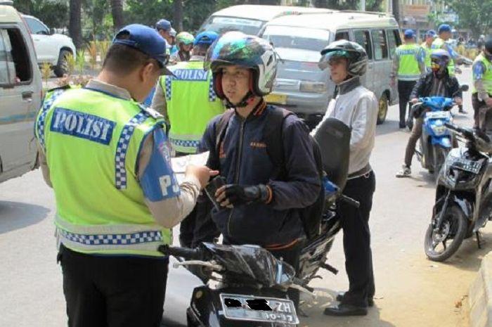 Gak semua bikers paham, ini pengertian slip merah dan biru saat pemotor kena tilang polisi.