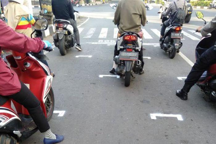 Beberapa pengendara motor disuruh polisi dan dishub baris mirip pembalap MotoGP, ini alasannya.