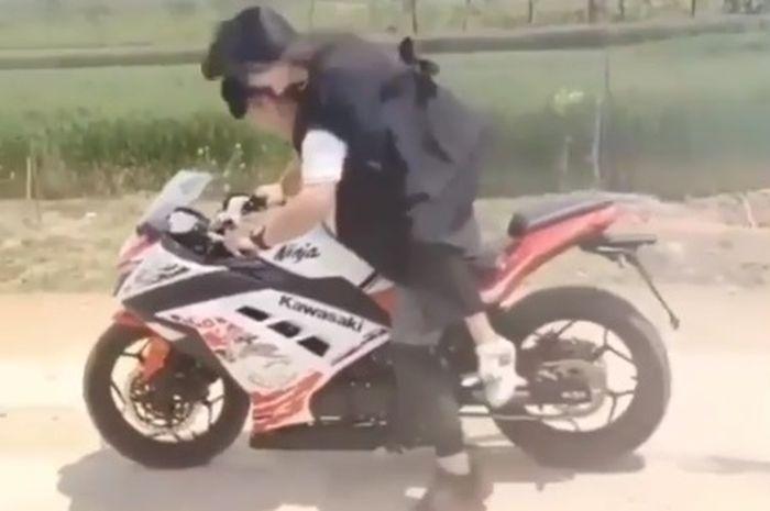 Seorang pemuda paksa sang pacar untuk memeluknya saat naik motor