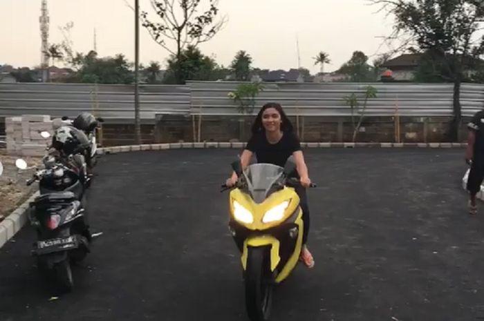 Sinetron Anak Langit tamat, artis cantik Angela Gilsha menuliskan ungkapan bahwa karena Anak Langit, aku bisa bawa motor Ninja.
