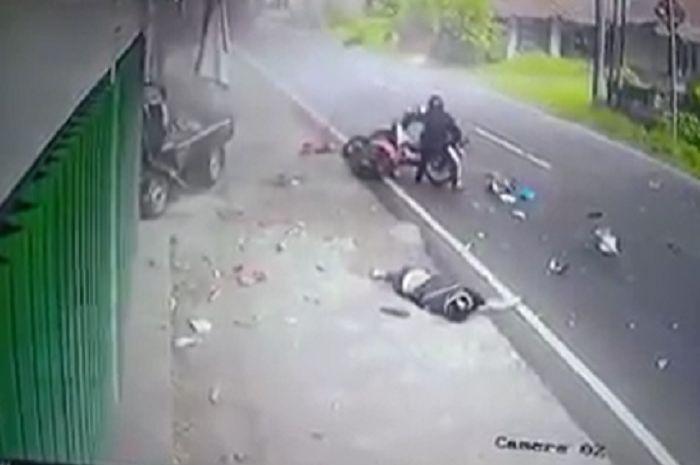 Merinding, mobil pikap hantam motor matic, korban alami patah kaki dan tangan.