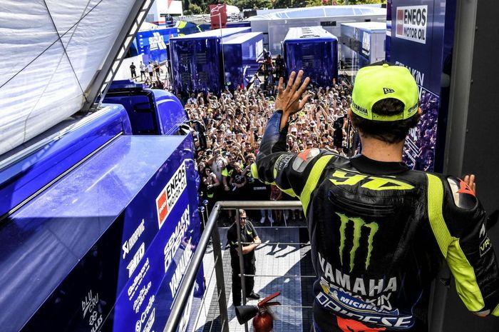 Valentino Rossi menyapa fans-nya di MotoGP